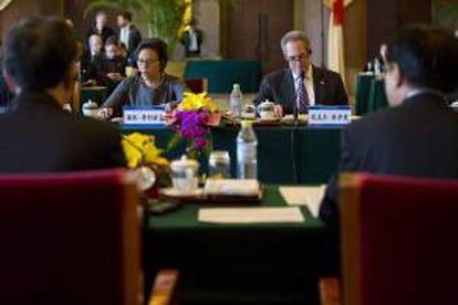 La secretaria de comercio de Estados Unidos, Penny Pritzker (c-i) y el representante de Comercio de Estados Unidos, Michael Froman (c-) asisten hoy a la reunión de inauguración de la XXIV Sesión de la Comisión Conjunta China-EEUU de Comercio y Negocios en Pekín (China).