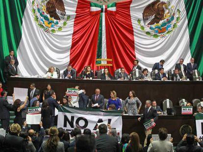 Diputados mexicanos protestan en la Cámara, pasada semana.