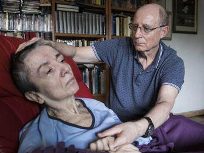 Ángel Hernández ayudó a morir a su mujer, Maria José Carrasco, hace seis meses y se inculpó. Reprocha a los políticos que su desacuerdo lastre la aprobación de la eutanasia