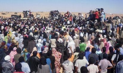 Saharauis en un campamento cercano a El Aaiún