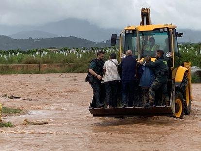 Rescate de varias personas atrapadas en la N-238, a la altura de Vinaròs (Castellón), este miércoles.