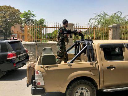 Un soldado afgano patrulla por una calle de Kabul, este domingo.