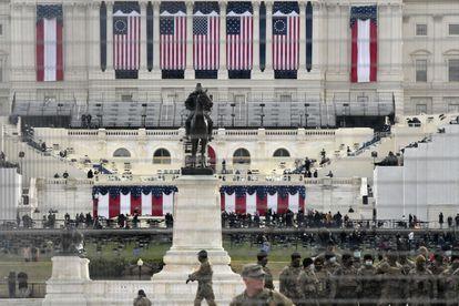 Miembros de la Guardia Nacional se reúnen cerca del Capitolio de los EE. UU. Antes de la toma de posesión del presidente electo de EE. UU. Joe Biden y la vicepresidenta electa Kamala Harris el 20 de enero de 2021 en Washington, DC.