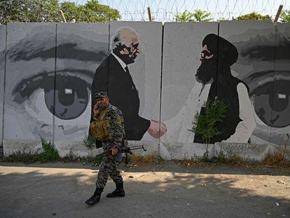 Una pintada en el centro de Kabul celebra el acuerdo que ha abierto paso a las conversaciones intraafganas, en una imagen captada el pasado julio.