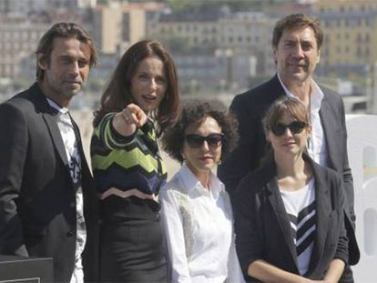 Desde la izquierda, Jordi Mollá, Aitana Sánchez Gijón, Celia Orós, Leonor Watling y Javier Bardem, en San Sebastián.