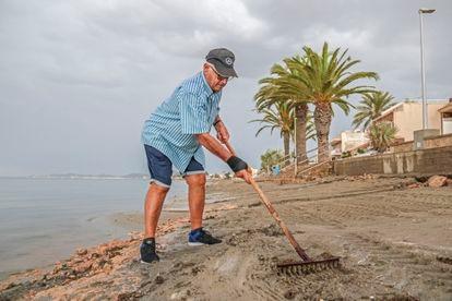 Ángel Pérez muestra cómo limpiaba la playa de Punta Brava con su propio rastrillo.