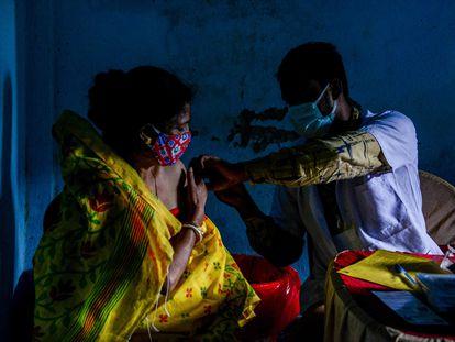 Una mujer recibe la vacuna Covishield contra la covid-19 en Siliguri, India, el 24 de agosto de 2021.