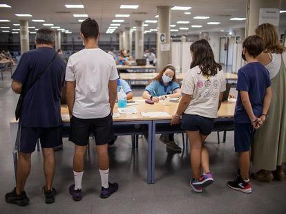 Varios adolescentes esperan a ser vacunados en Sevilla el 2 de septiembre.