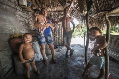 Aderaldo Ferreira da Silva y su familia en la casa que tienen a medio construir.