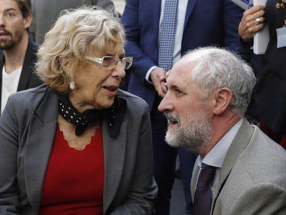 La alcaldesa de Madrid, Manuela Carmena, con el coordinador de la Alcaldía, Luis Cueto.