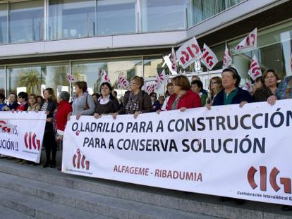 Empleados de la empresa conservera Alfageme de Vigo y Ribadumia durante una manifestación