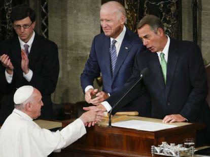 John Boehner (Dcha.) saluda este jueves al papa Francisco antes de su discurso en el Congreso.