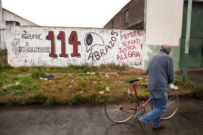 Grafiti de un grupo defensor de los DD HH en un muro de Olavarría