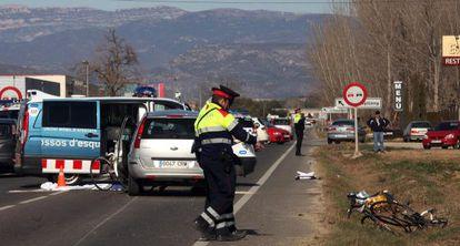 Varios agentes inspeccionan los restos del accidente de Vallfogona.