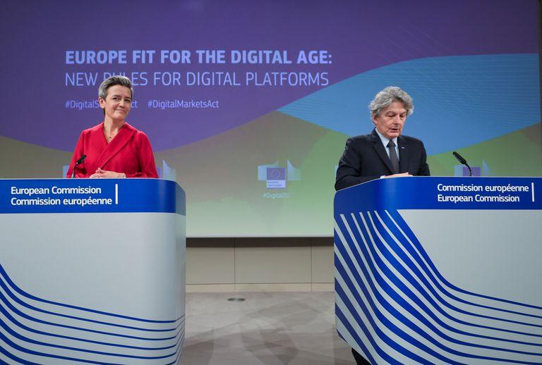 La vicepresidenta de la Comisión Margrethe Vestager y el comisario de Mercado Interior, Thierry Breton.