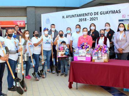 Miembros del colectivo Guerreras Buscadoras reciben palas del Ayuntamiento de Guaymas, en Sonora, este miércoles.