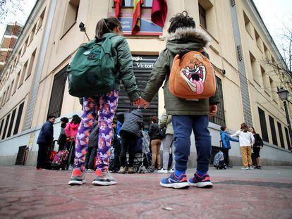 Niños en la entrada de su colegio en Madrid