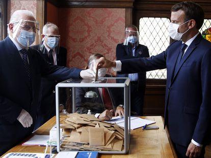 El presidente francés, Emmanuel Macron, emite su voto en un centro electoral en Le Touquet, este domingo.