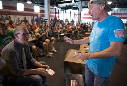 Greg Glassman, fundador y ex consejero delegado de CrossFit, durante una reunión con los empleados de su empresa en 2015.