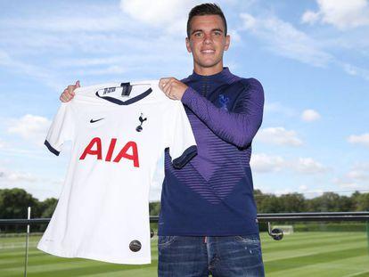 Lo Celso posa con la camiseta del Tottenham.