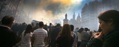 El públic observa una de las mascletades que es disparen a la plaça de l'Ajuntament de València.