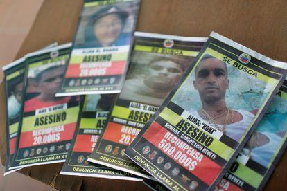 Ofertas de recompensa por la captura del Koki y miembros de su pandilla, en el barrio Cota 905 de Caracas, el 12 de julio pasado.