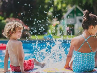 Los niños suelen agradecer mucho los juegos con agua. GETTY IMAGES.