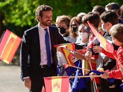 Pablo Casado, líder del PP, saluda a su llegada a la ceremonia de entrega del Premio Europeo Carlos V en el Real Monasterio de Yuste.
