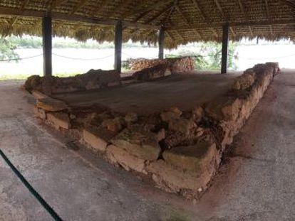 El muro norte del edificio en La Isabela ha desaparecido. El resto de la estructura está cubierto por un chamizo