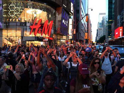 Un grupo de turistas hace fotos en Times Square (Nueva York), el pasado 12 de julio.
