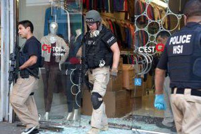 Registro de una tienda del centro de Los Ángeles en una operaciónn contra el dinero del narcotráfico mexicano.