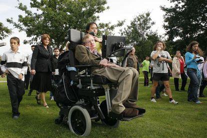 Stephen Hawking, en 2008, paseando por un parque de Santiago de Compostela.