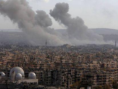 Columnas de humo tras los ataques de este sábado en el este de Alepo.
