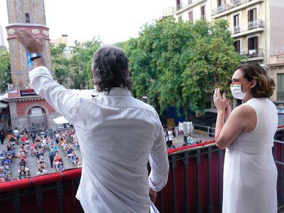 El presidente de Òmnium Cultural, Jordi Cuixart, y la alcaldesa de Barcelona, Ada Colau, este sábado tras el pregón de la fiesta mayor de Gràcia.