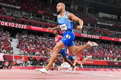 El italiano Lamont Marcell Jacobs celebra la victoria al cruzar la meta para ganar la final de los 100m en los Juegos Olímpicos de Tokio.