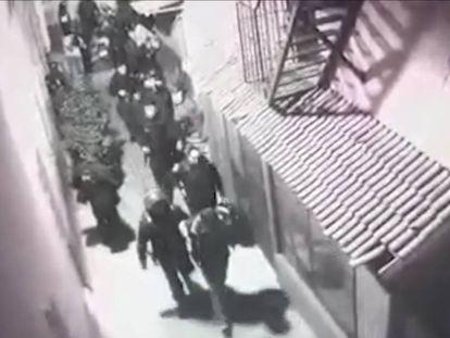 Las imágenes de cámaras de seguridad que muestran la detención de 27 personas.