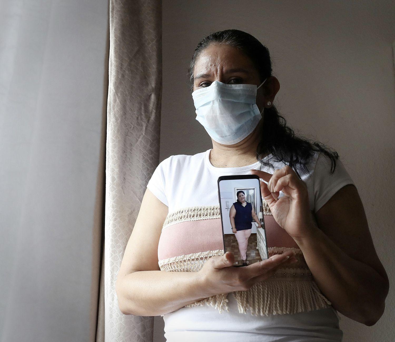 Alma Mejía, la hermana de Erika, muestra una foto de ella, en su casa de Guadalajara, España, la semana pasada.