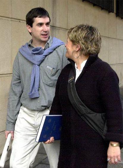 Txema Matanzas conversa con su abogada tras declarar ante Garzón en marzo de 2003.