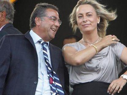 Enrique Ortiz y Sonia Castedo en el palco del estadio Rico Pérez.
