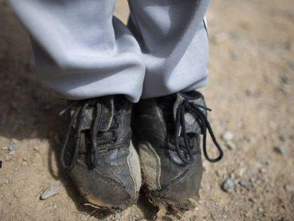 Los pies de un niño venezolano que acaba de jugar a 'baseball'.