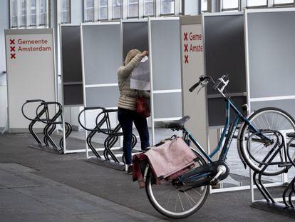 Una mujer votaba este lunes en un colegio de Ámsterdam para electores en bicicleta.