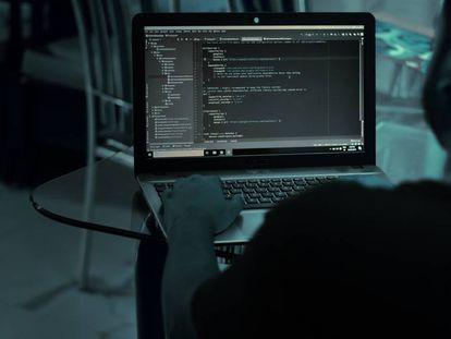 Un hombre programa en un ordenador, en una imagen de archivo.