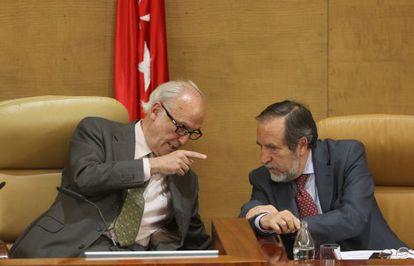 José Ignacio Echeverría (izqda.) conversa con Juan Barranco, del PSM, en la Asamblea de Madrid en 2013.