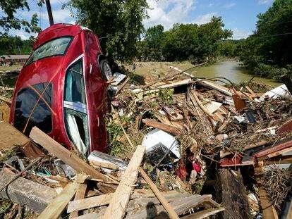 Destrozos ocasionados por las inundaciones en Waverly, Tennessee, este domingo.