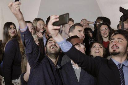 El rey Felipe VI se fotografía con estudiantes de Erasmus.