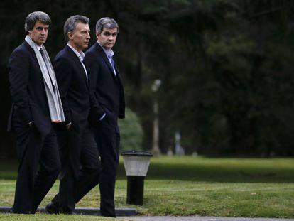 El presidente Mauricio Macri (centro) escoltado por su jefe de ministros, Marcos Peña (d.), y el titular de Economía, Alfonso Prat Gay en la residencia oficial de Olivos.