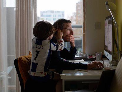 Un padre teletrabaja desde su hogar.