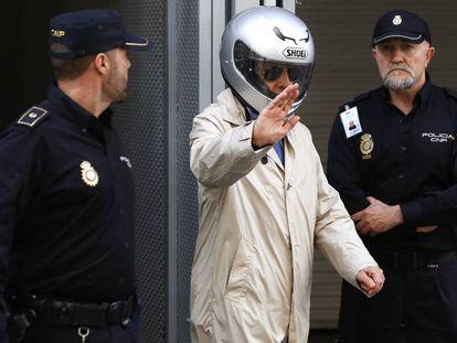 FOTO: Billy el Niño (en el centro), abandona la Audiencia Nacional con un casco de moto puesto en 2014. / VÍDEO: Declaraciones de Fernando Grande-Marlaska, este martes.