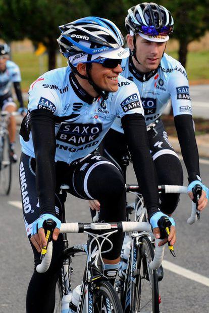 Contador se muestra alegre durante los kilómetros previos a la salida.