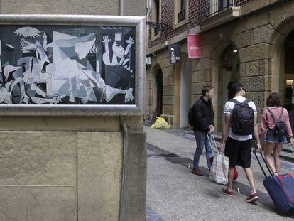 Un grupo de turistas pasea por la parte vieja de San Sebastián
